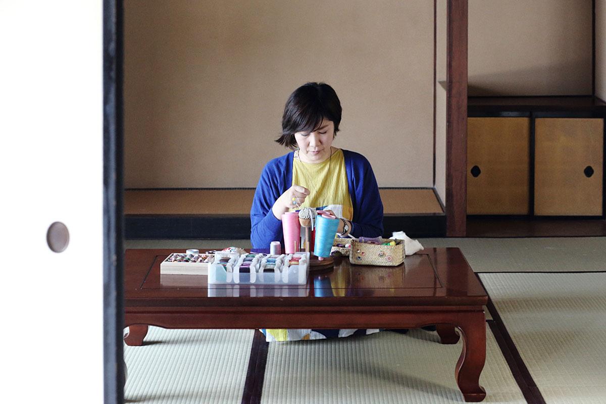 寺島綾子さん|『小さなてまりとかわいい雑貨』を皮切りに、てまりと加賀ゆびぬきの本を次々と出版。絹糸でつくり出す緻密で美しい針仕事