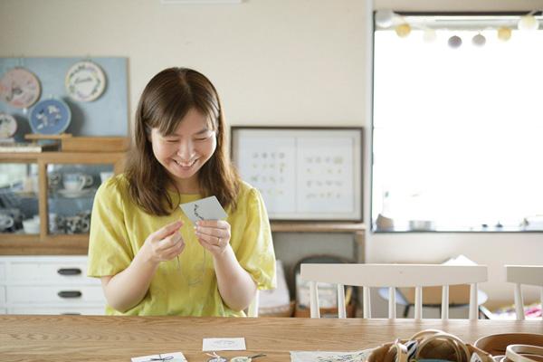 川畑杏奈さん(前編)|『annasのプチ刺繍』。イラストを描くように、色を塗るように、ひと針ひと針刺していく時間は至福のとき。