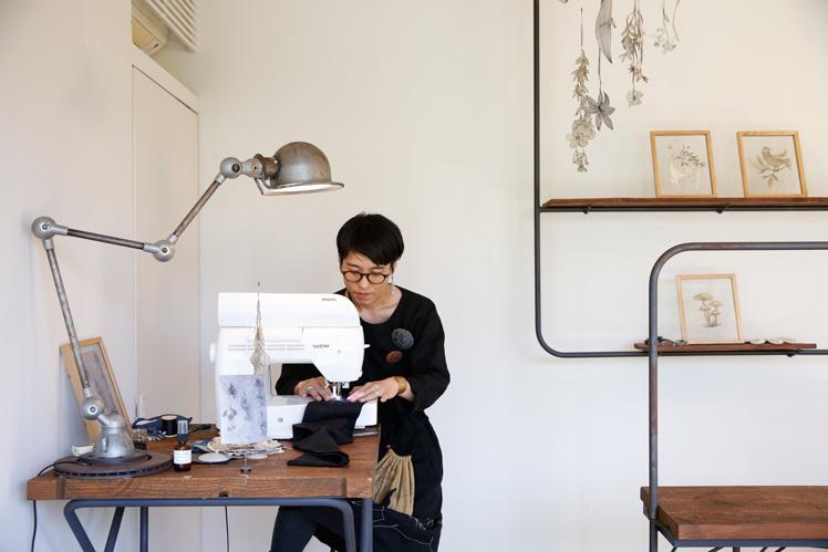 ソーイングアート(前編)|ミシンで縫い描くさまざまな植物。栗のイガで染めた因州和紙をキャンバスに。作品展:Nutel exhibition