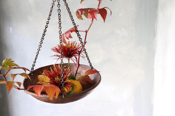 花とアンティークと 第5回(前編)|紅葉の葉っぱ×古道具でおしゃれな秋色アレンジメント・3つのアイデア。by フラワーノリタケ&Tisane Infusion