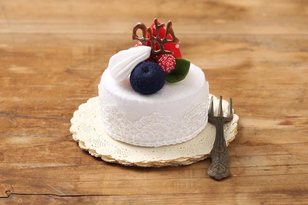 親愛なる父母へ クリスマスにはフェルトのプチケーキを贈ります。楽しかった思い出をいっぱいつめこんで。