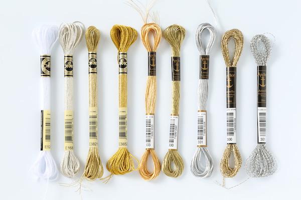 キラキラ糸|刺繍のコーチングはとめる側と置く側で違う糸を使う、ほつれ防止には糸端を固めるなど、ちょっとしたコツで使いやすくなります。