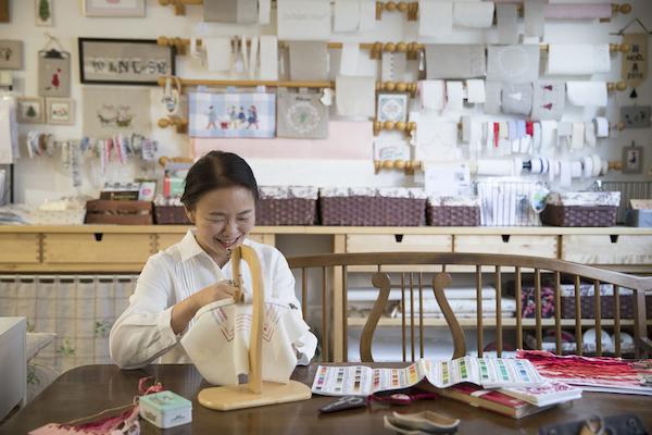 安田由美子さん(前編)|「もったいないかあさんのお針仕事」の人気ブロガーが、ついに『刺しゅうの基礎』を出版。作品の完成度を高める、よりよい手芸道具とは?
