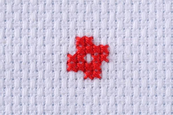 クロスステッチ用の布(前編)|ブロック織りと平織りの2種類がよく使われますが、初心者には1ブロックが1マスのブロック織りがおすすめです。