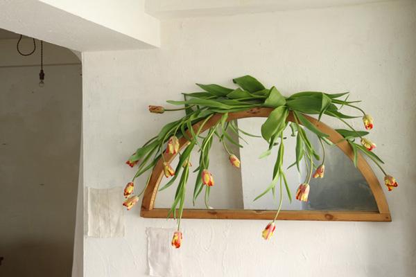 花とアンティークと 第8回(前編)|いち早くお部屋を春の雰囲気に変えてくれる早春のおすすめ花材、チューリップのスタイリングアイデア