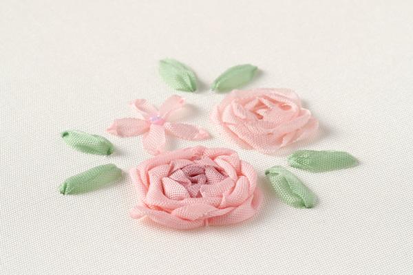 リボン刺繍(後編)|刺しやすいのは穴が広くて長いシェニール針。リボンをふっくら浮かせたり、目を整えるのには目打ちを使います。