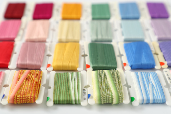 リボン刺繍(前編)|初めて刺すなら、刺繍用のリボンとして売られているものが刺しやすく、色数も豊富です。