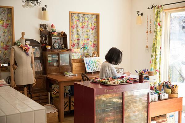 PieniSieniさん(前編)|身近な素材のフェルトが刺繍糸で美しく変身! 表情豊かな花々は独自の技法でつくり出す立体刺繍