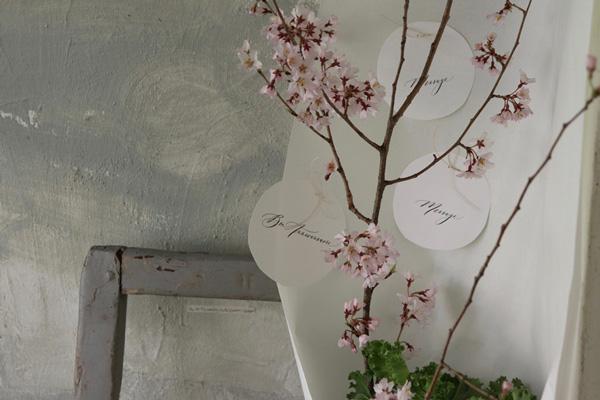 花とアンティークと 第9回(後編)|あるときは可愛く、あるときは男前に。しなやかに姿を変える桜アレンジのバリエーション