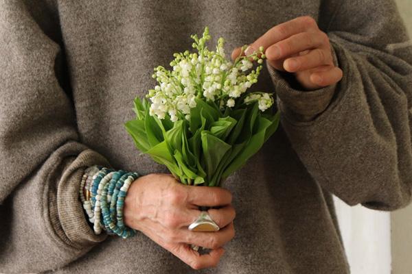 花とアンティークと 第10回(後編)|5月1日は「スズランの日」。芳しい香りとともに大切な人の幸せを願ってスズランを贈ります。