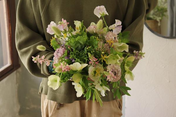 花とアンティークと 第10回(前編)|小さな花束ノーズゲイと、胸元の花飾りコサージュのお話