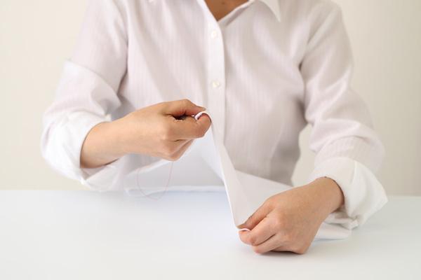 第2回 運針(後編)|正しい姿勢が大事。針を持っていない方の手で布を上下に動かし、針が布に対して直角に入るようにしながら縫い進めます。