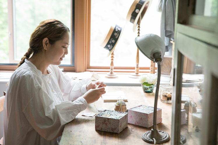 poritorieさん(前編)|リネンに咲く小さな草花は、アンティークの世界と調和する唯一無二のリボン刺繍。