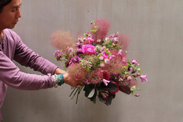 花とアンティークと 第11回(後編)|ケムリソウにベルテッセンにクレマチス。バラと一緒に揃いだす初夏の花のブーケとアレンジ。