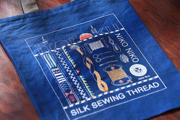 絹糸で刺繍する(前編)|京都の老舗糸屋「糸六」女将の挑戦。刺繍作家atsumiさんとのコラボレーションバッグができるまで。