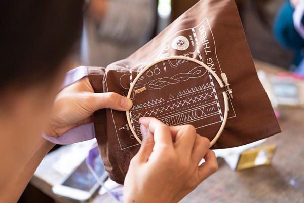 つくりら文化祭*ワークショップレポート12 | 刺繍作家・atsumiさんの「絹糸でぬりえをするように刺繍する糸六ミニトート」