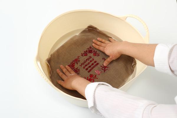 第10回 作品の仕上げ方(前編)|刺繍やレース編みの作品を洗うときは振り洗いか押し洗いで。色落ちが心配なときはお湯ではなく水で洗います。
