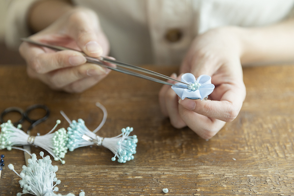 鳥待月さん(後編)|指先よりも小さなパーツを、ひとつひとつ丁寧に。繊細なつまみ細工は傑出した手仕事!