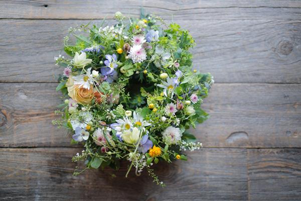 二十四節気 暦のレシピ 第1話 清明|春の景色をお部屋に運んでくれる、草花のテーブルリース