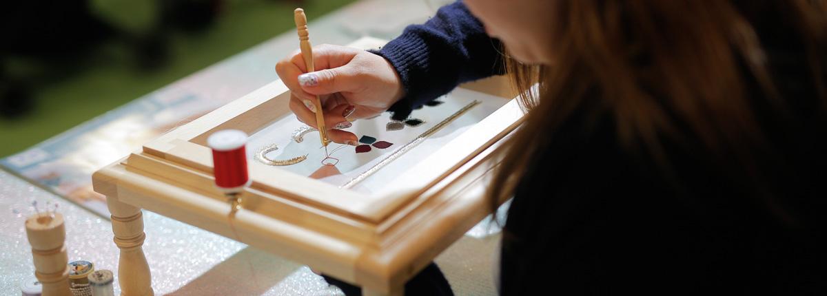 パリ取材・第2話|フランスの手芸愛好家も「素晴らしい!」と大絶賛!メイド・イン・ジャパンのリュネビル刺繍枠と京都の絹糸