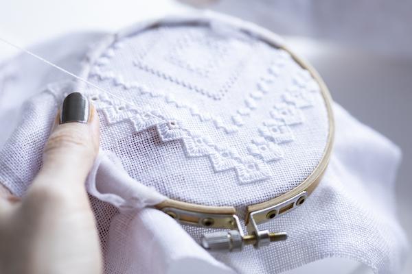 中野聖子さん(前編)|ホワイトワークの魅力は、白地に白糸を刺すというスタイル。色糸を使わず、あえて白糸で刺すという発想に射貫かれました。