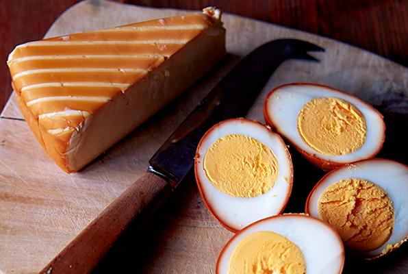 香ばしい飴色の味わい 秋を楽しむ自宅でできる燻製レシピ