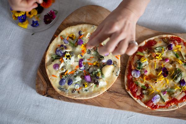 野草とエディブルフラワーの2色ピザ|二十四節気 暦のレシピ 第20話 大寒