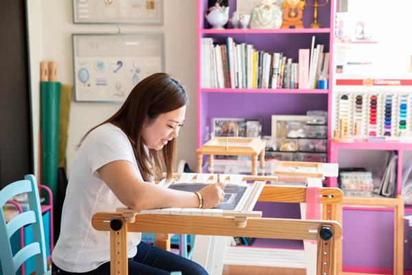 Shionさん(前編)|繊細で美しいリュネビル刺繍に魅せられて、フランスで培った技術を極める日々
