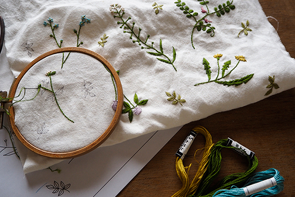 植物刺繍と季節のお話 第1話(前編)| 春は道草注意の季節です。