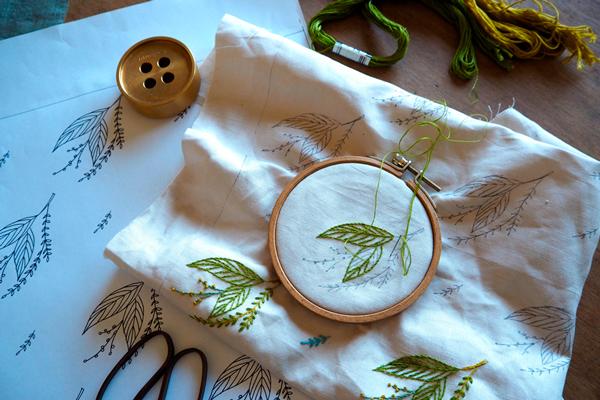 植物刺繍と季節のお話 第2話(前編)| 風にそよぐやわらかい木の葉