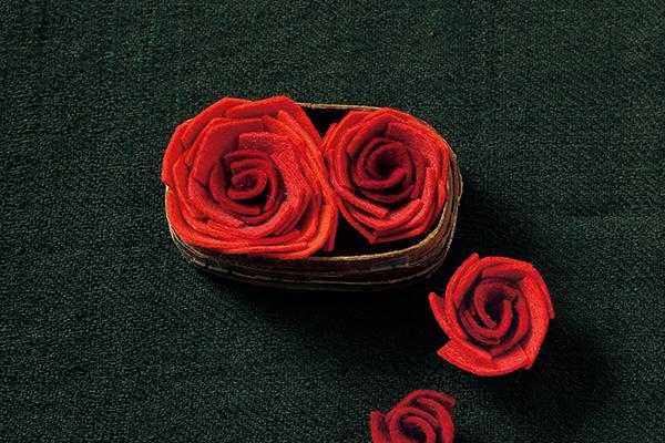 1枚のシートフェルトでつくる花のモチーフ 薔薇