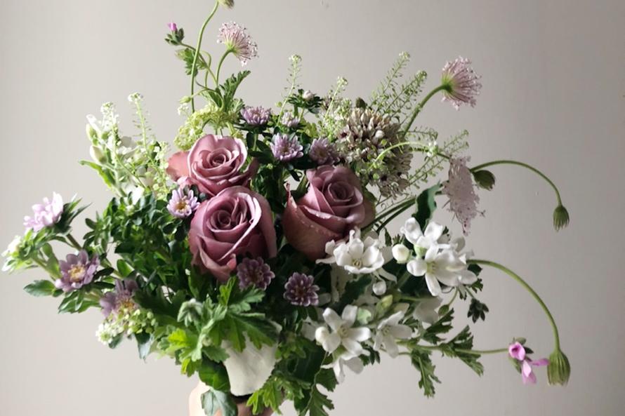 花を束ねて、笑顔になる。「- 花屋 pause(パウズ)-」 2020.7.10(Fri)−15(Wed) 東京