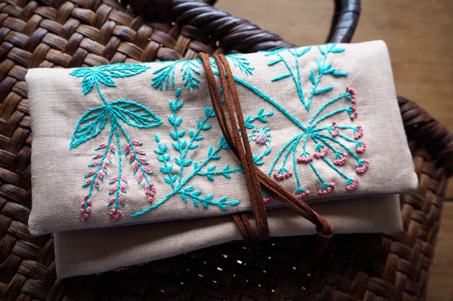 植物刺繍と季節のお話 第4話(後編)| ハーブ刺繍のひもつきポーチ