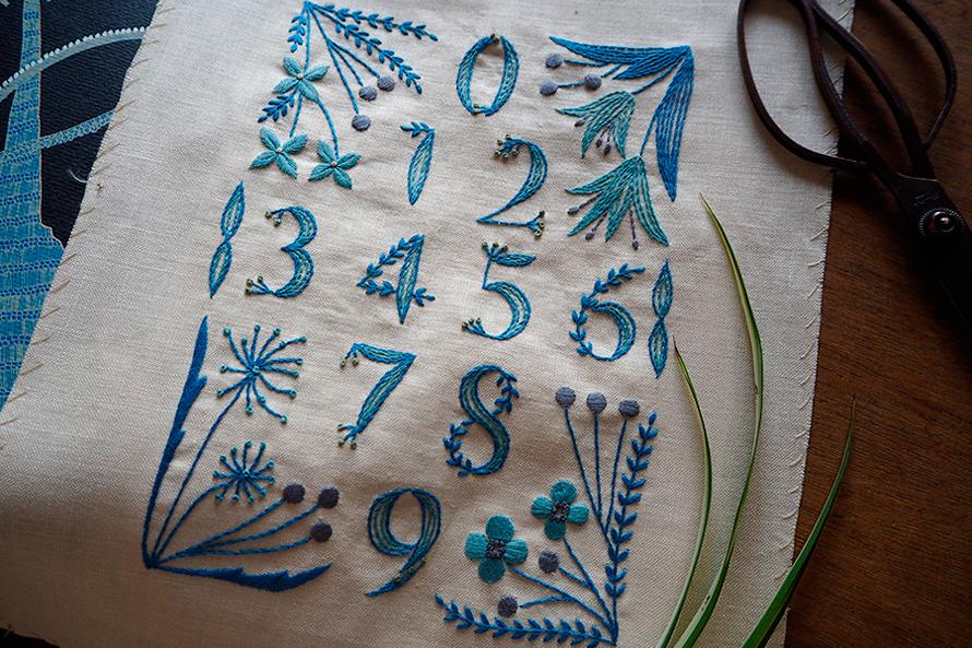 植物刺繍と季節のお話 第5話(前編)| 青い花の数字サンプラー