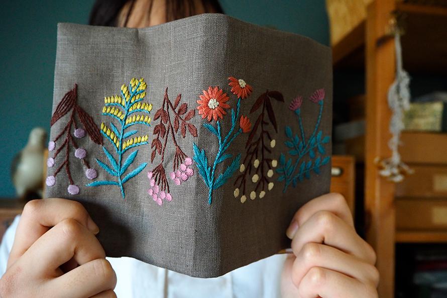 植物刺繍と季節のお話 第7話(前編)| 草花刺繍のブックカバー