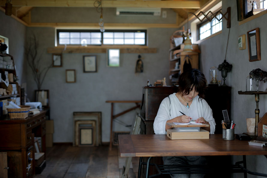"HUTTE.加藤絵利子さん(アトリエ取材・前編)|扉を開ければ、時を忘れる創作の世界へ。ここから生まれる手彫りスタンプもいつか""未来のアンティーク""に。"