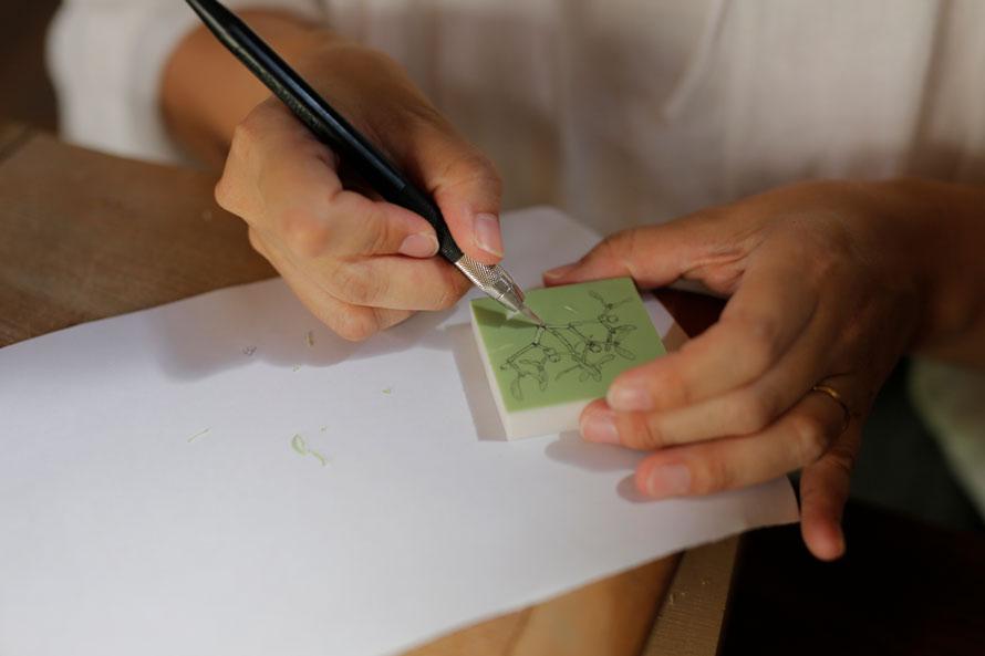 HUTTE.加藤絵利子さん(アトリエ取材・後編)|植物のはかない美しさをとらえた細やかな線。一朝一夕では辿り着かない、手彫りスタンプの境地。