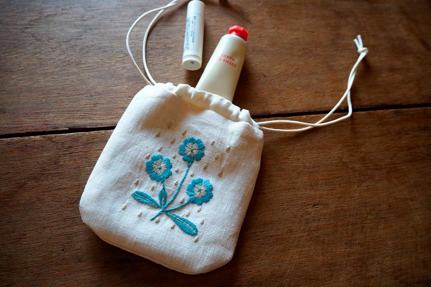 植物刺繍と季節のお話 第10話(後編)|冬の花の巾着ポーチ