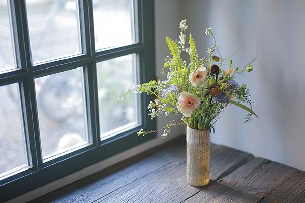 柔らかな色合いで早春の草花を束ねる|雨水