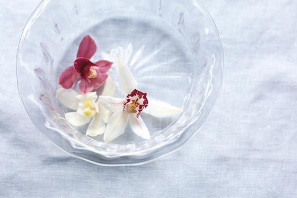 花持ちしにくい真夏はランの花がおすすめ。ガラスの器で涼やかに|大暑