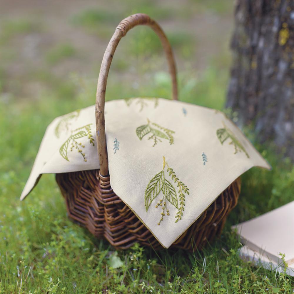 マカベアリスさん 新緑のカバークロス『植物刺繡と12か月のおはなし』より