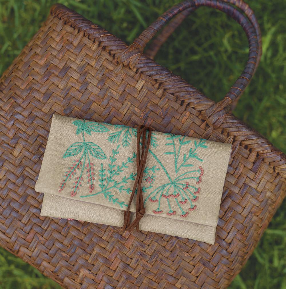マカベアリスさん ハーブ刺繍のひもつきポーチ『植物刺繡と12か月のおはなし』より