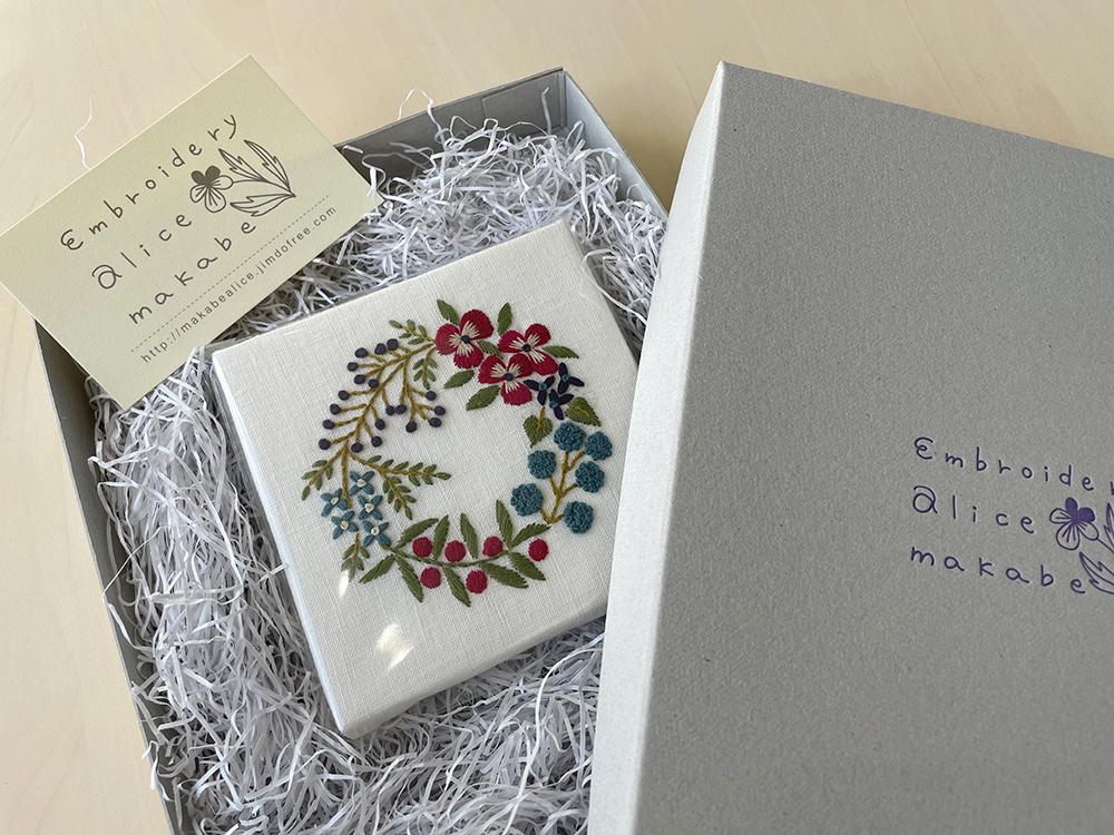 『植物刺繡と12か月のおはなし』ミニリースのパネルをプレゼント